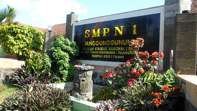 Nameboard-SMPN-1-Tanggunggunung